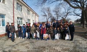 Poliţiştii au oferit cadouri copiilor din Măicăneşti cu ocazia Sărbătorilor Pascale