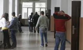 Date alarmante: Copiii se lasă de școală iar părinții pleacă în străinătate