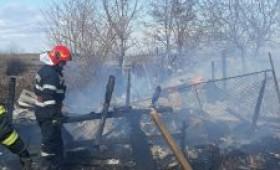 Alarmă la Ciușlea! Incendiu de vegetație uscată extins spre anexele gospodărești