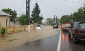 Furtuni și ploi torențiale în zilele următoare