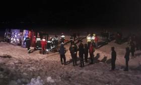 Accidente grave din cauza vremii nefavorabile! Autocar cu pasageri răsturnat la Mărășești