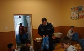 Poliţiştii au oferit cadouri copiilor din Măicăneşti