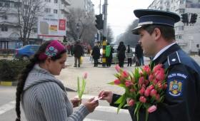 """Femeile """"amendate"""" cu flori de politisti"""