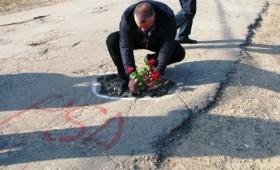 Urechesti: Disperati din cauza drumului judetean, localnicii vor sa protesteze