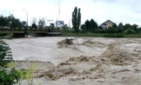 """Ministrul Mediului și Pădurilor supraveghează """"ploile"""" din Vrancea – case inundate, drumuri rupte, oameni neputincioși"""