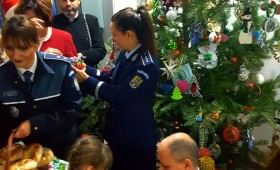Copiii au împodobit bradul alături de polițiști