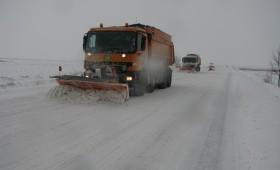 Ambulanță derapată la Homocea. Circulație rutieră în condiții de iarnă